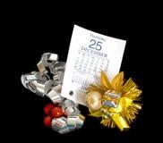 Calendrier du 25 décembre 2008 et décorations de Noël Photographie stock libre de droits