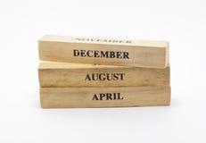 Calendrier en bois cubique de date de style Photos stock