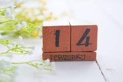 Calendrier en bois de vintage heureux de Valentine Day pour le 14 février Images libres de droits