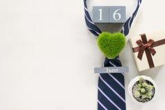 calendrier en bois de vintage pour le 16 juin avec la cravate, cadeau, cactus, GR Image stock