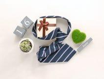 calendrier en bois de vintage pour le 16 juin avec la cravate, cadeau, cactus, GR Photo libre de droits