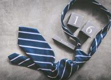 calendrier en bois de vintage pour le 16 juin avec le DA du père heureux de cravate Photos stock