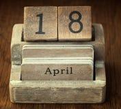 Calendrier en bois très vieux de vintage montrant date le 18 avril o Photographie stock libre de droits