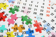 Calendrier et puzzles denteux Photo stock