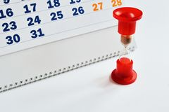 Calendrier et sablier en verre rare rouge sur le fond blanc Plan rapproché photos stock