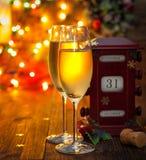 Calendrier, le 31 décembre, verres avec le champagne Images stock