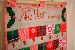 Calendrier mignon de Noël de doux et de textile avec le lettrage sur le mur Image stock