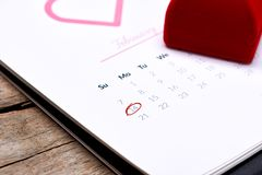 Calendrier montrant la date le 14ème février Rose de rouge, coeurs et Image libre de droits