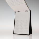 Calendrier noir de table de spirale de papier de couverture sur le backg blanc Photographie stock libre de droits