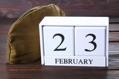 Calendrier perpétuel en bois blanc avec la date du 23 février dessus Images libres de droits