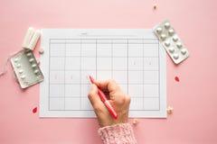 Calendrier pour le mois et la marque du cycle menstruel PMS et le concept critique de jours image libre de droits