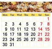 Calendrier pour octobre 2017 avec les feuilles jaunes Photos stock