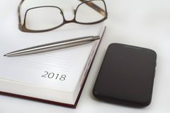 Calendrier 2018, smartphone, verres d'organisateur de bureau de nouvelle année et Image libre de droits