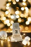 Calendrier sur le fond des lumières et des décorations du ` s de nouvelle année Photo stock