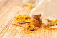 Calendula blüht zu Hause Rezepte auf dem Holztisch Lizenzfreie Stockbilder