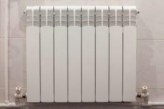 Calentador casero del radiador en la pared blanca foto de archivo