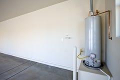 Calentador de agua caliente en un garage foto de archivo libre de regalías