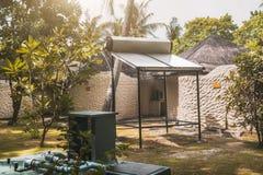 Calentador de agua solar en un día soleado Fotografía de archivo libre de regalías