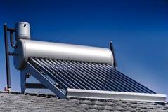 Calentador de agua solar - tubos de cristal evacuados Imagenes de archivo