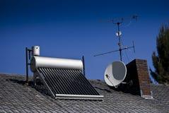 Calentador de agua solar - tubos de cristal evacuados imagen de archivo