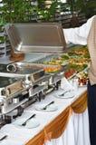 Calentador del plato de frotamiento con el alimento fotografía de archivo