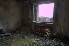 Calentador e hierba oxidados en un viejo cuarto del parador Imagen de archivo