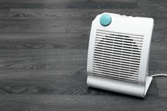 Calentador eléctrico blanco en el piso foto de archivo libre de regalías