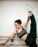 Calentamiento de la muchacha del bailarín Imagen de archivo libre de regalías