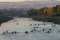 Calentamiento de la raza de la canoa de los Paddlers Foto de archivo