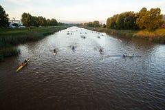 Calentamiento de la raza de la canoa de los Paddlers Fotos de archivo