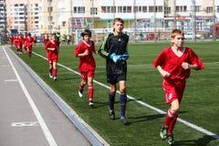 Calentamiento de los futbolistas Foto de archivo libre de regalías