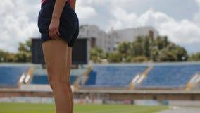 Calentamiento del corredor de la muchacha antes de correr, primer metrajes