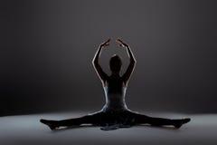 Calentamiento hermoso joven del bailarín fotos de archivo libres de regalías
