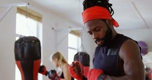 Calentamiento masculino del boxeador en el estudio 4k de la aptitud almacen de metraje de vídeo
