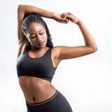 Calentamiento negro del atleta de sexo femenino Fotos de archivo