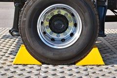 Cales jaunes à la roue d'un camion garé Photographie stock