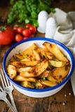 Cales rôties de pomme de terre dans la cuvette de dîner photos libres de droits