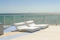 Calesas laterales de la piscina por el mar imagenes de archivo