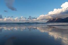 Caleta de Famara παραλία σε Lanzarote, Κανάρια νησιά, Ισπανία στοκ φωτογραφία με δικαίωμα ελεύθερης χρήσης