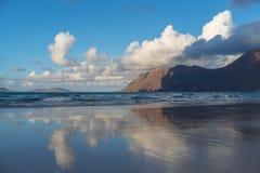 Caleta de Famara παραλία σε Lanzarote, Κανάρια νησιά, Ισπανία στοκ εικόνες