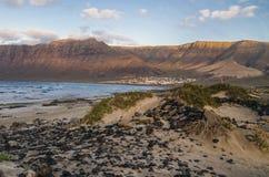 Caleta De Famara Beach,兰萨罗特岛,西班牙 免版税库存照片