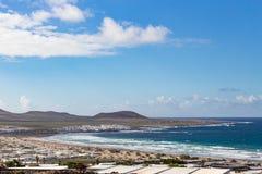 Caleta de Famara, i Lanzarote, kanariefågelöar fotografering för bildbyråer