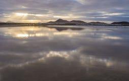 Caleta de Famara Famara strand i Lanzarote, kanariefågelö i Spanien royaltyfri fotografi