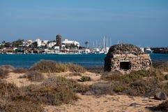 Caleta de Fustes, Fuerteventura, con el faro fotos de archivo