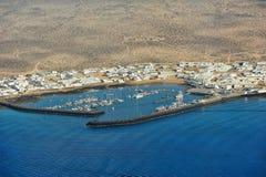 Caleta de Sebo stad på den Graciosa ön, kanariefågelöar, Spanien royaltyfria foton