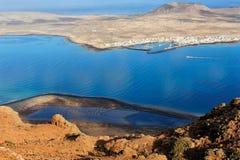 Caleta de Sebo stad på den Graciosa ön, kanariefågelöar, Spanien royaltyfri foto