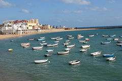 Caleta strand och fiskebåtar i Cadiz, Spanien Royaltyfri Foto