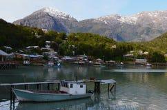 Caleta Tortel,在Aysen南部的Chile's海湾中间位于的一个微小的沿海小村庄 库存图片
