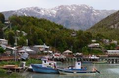 Caleta Tortel, een uiterst klein kustdiegehucht in het midden van €™s fjorden Aysen Southern Chileâ wordt gevestigd royalty-vrije stock fotografie