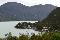 Caleta Tortel, en mycket liten kust- liten by som lokaliseras i mitt av Aysen Southern Chileâ €™sfjordar Arkivfoton